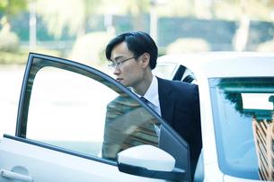 車とビジネスマンの写真素材 [FYI01802449]