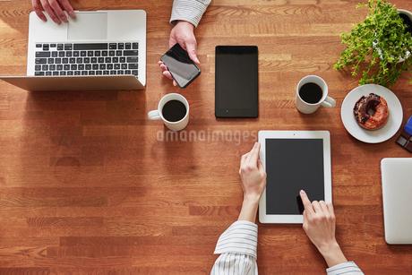 打ち合わせをする男性と女性の手の写真素材 [FYI01802451]