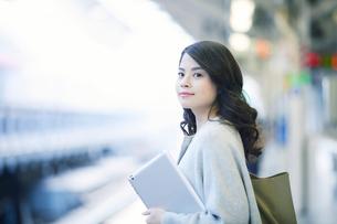 電車を待つ女性の写真素材 [FYI01802460]