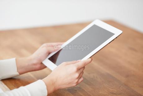 タブレットPCと女性の写真素材 [FYI01802467]