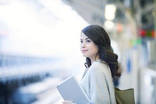 電車を待つ女性の写真素材 [FYI01802469]