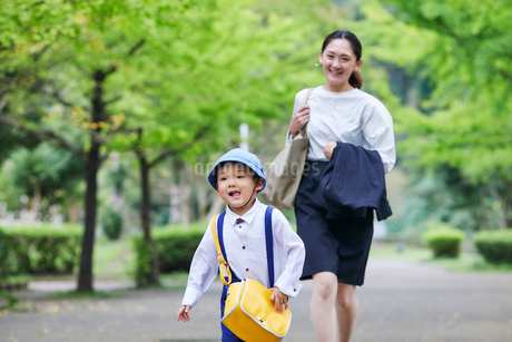 仕事へ向かう女性と男の子の写真素材 [FYI01802480]
