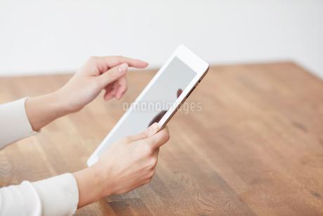 タブレットPCと女性の写真素材 [FYI01802483]