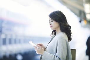 電車を待つ女性の写真素材 [FYI01802486]