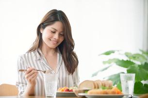 食事をする女性の写真素材 [FYI01802494]
