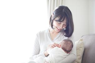 赤ちゃんを抱っこする母親と赤ちゃんの写真素材 [FYI01802495]