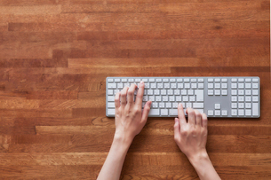キーボードと女性の手の写真素材 [FYI01802499]