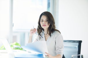 オフィスで仕事をする女性の写真素材 [FYI01802506]