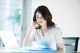 オフィスで仕事をする女性の写真素材 [FYI01802507]