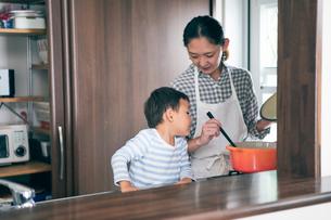 料理をする女性と男の子の写真素材 [FYI01802510]