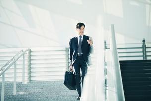 スマートフォンをもつビジネスマンの写真素材 [FYI01802515]