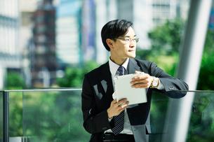 タブレットPCを持つビジネスマンの写真素材 [FYI01802519]