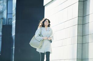 ビルの前を歩く女性の写真素材 [FYI01802523]