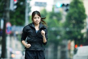走る女性の写真素材 [FYI01802530]