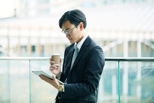 タブレットPCを持つビジネスマンの写真素材 [FYI01802532]