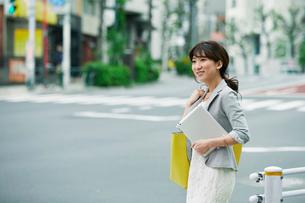 街を歩くビジネスウーマンの写真素材 [FYI01802539]