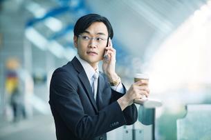 スマートフォンをもつビジネスマンの写真素材 [FYI01802540]
