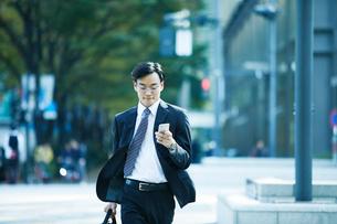 オフィス街を歩くビジネスマンの写真素材 [FYI01802547]