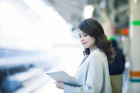 電車を待つ女性の写真素材 [FYI01802548]