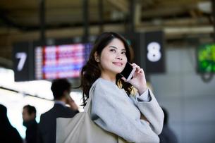 電車を待つ女性の写真素材 [FYI01802553]