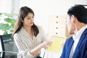オフィスで働くビジネスマンとビジネスウーマンの写真素材 [FYI01802554]