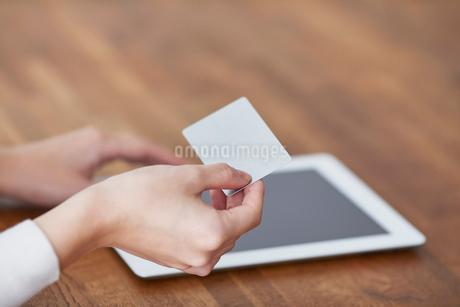 タブレットPCとカードと女性の写真素材 [FYI01802563]