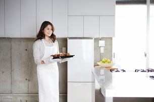 キッチンに立つ女性の写真素材 [FYI01802570]