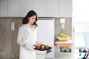 キッチンに立つ女性の写真素材 [FYI01802584]