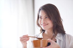 スープを飲む女性の写真素材 [FYI01802590]