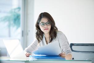 オフィスで仕事をする女性の写真素材 [FYI01802591]