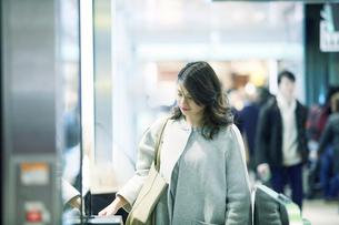改札を通る女性の写真素材 [FYI01802595]