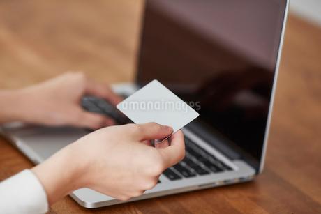 ノートパソコンとカードと女性の写真素材 [FYI01802596]