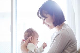 赤ちゃんを抱っこする母親と赤ちゃんの写真素材 [FYI01802598]