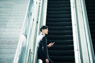 スマートフォンをもつビジネスマンの写真素材 [FYI01802609]