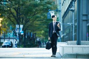 オフィス街を歩くビジネスマンの写真素材 [FYI01802622]