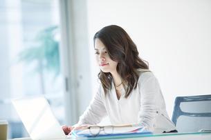 オフィスで仕事をする女性の写真素材 [FYI01802631]