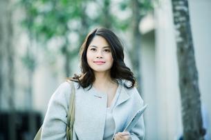 ビルの前を歩く女性の写真素材 [FYI01802635]