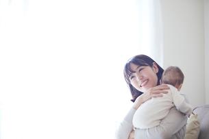 赤ちゃんを抱っこする母親と赤ちゃんの写真素材 [FYI01802636]