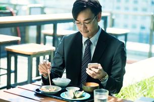 食事をするビジネスマンの写真素材 [FYI01802641]