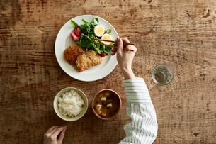 テーブルで食事をする女性の写真素材 [FYI01802642]