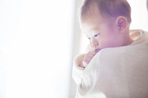赤ちゃんを抱っこする母親と赤ちゃんの写真素材 [FYI01802646]