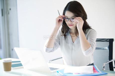 オフィスで仕事をする女性の写真素材 [FYI01802660]