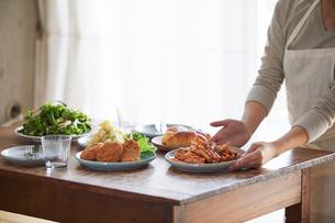 食卓に料理を並べる女性の写真素材 [FYI01802661]