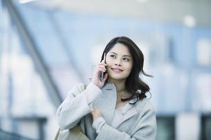 スマートフォンを持つビジネスウーマンの写真素材 [FYI01802663]