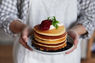 パンケーキを持つ女性の写真素材 [FYI01802665]