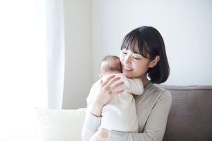赤ちゃんを抱っこする母親と赤ちゃんの写真素材 [FYI01802676]