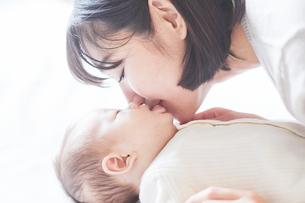 赤ちゃんと赤ちゃんをあやす母親の写真素材 [FYI01802677]