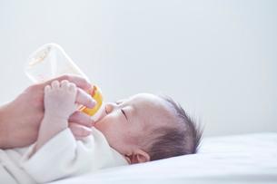 ミルクを飲む赤ちゃんの写真素材 [FYI01802691]