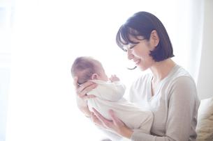 赤ちゃんを抱っこする母親と赤ちゃんの写真素材 [FYI01802692]