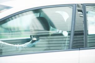 車に乗る女性の写真素材 [FYI01802695]
